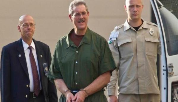 Allen R Stanford (tengah) ketika ditangkap. (Reuters)