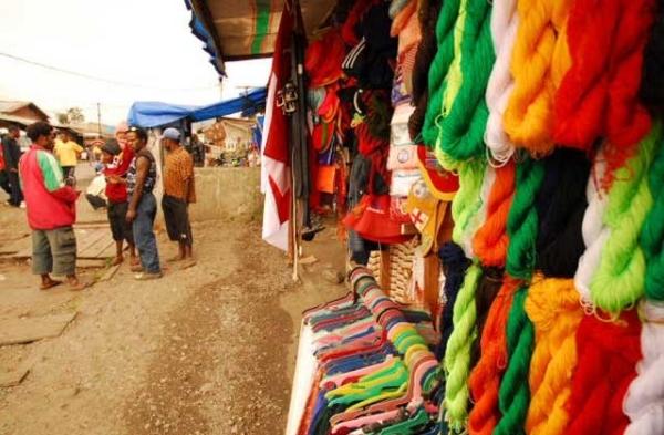 Pasar tradisional di Lembah Baliem, Papua.
