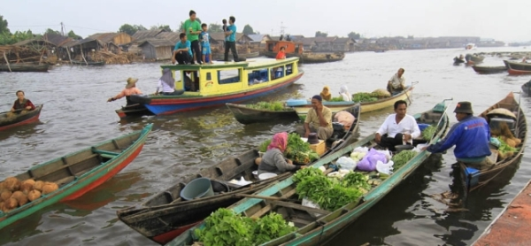 Pasar apung (floating market) Banjarmasin, Kalimantan Selatan.