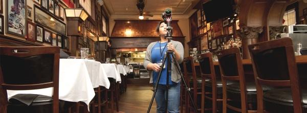 Pemotretan ruang usaha dengan kamera khusus.