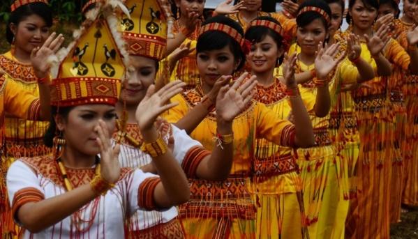 Tarain massal oleh remaja Toraja. (en.tempo.co)