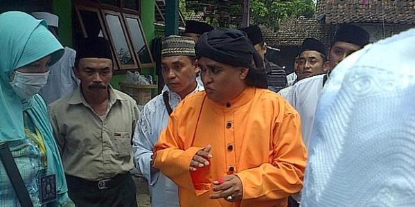 Dimas Kanjeng Taat Pribadi (jubah oranye). Gambar: Kompasiana.