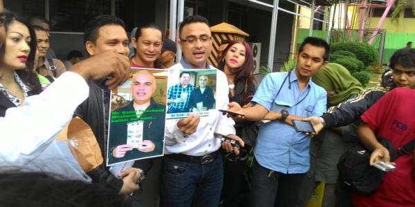 Rizal Djibran didampingi kuasa hukumnya melaporkan kasus penipuan bisnis tissue, ke Mapolda Metro Jaya. (Kompas)