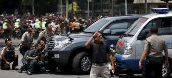 Jakarta residents fearlessly flooded into the bombing scene, while policemen deal with the terrorists.