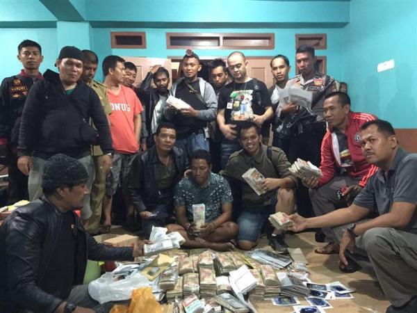 Ahmad Lusi (duduk, tengah depan) diantara personil Polres Sidrap. (Foto: Fajar.co.id)
